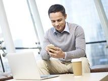 использование человека мобильного телефона стоковая фотография