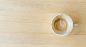 Использованный вверх по кофе внутри пока чашка стоковое фото rf