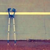 2 использовали медицинский костыль на стене тенниса тренировки на суде, Стоковые Фотографии RF
