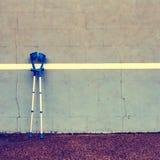2 использовали медицинский костыль на стене тенниса тренировки на суде, Стоковые Фото