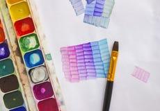 Используемая акварель красит палитру в коробке, бумаге и акриловой щетке Застекляя урок для beginners, художников, студента, зрач Стоковое Фото