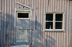 Используемая лампа керосина в окне крошить дом Стоковые Изображения RF