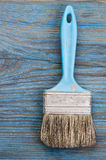 Используемая кисть на голубой деревянной доске с местом для текста Стоковое Изображение RF