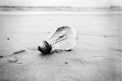 Сгорели электрическая лампочка на пляже Стоковое Фото