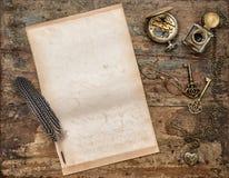 Используемая предпосылка бумажных письменных принадлежностей листа винтажных деревянная Стоковое Изображение RF