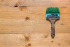 Используемая щетка на поверхности доски сырцовой древесины Стоковое Изображение RF