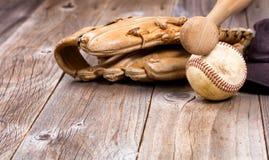 Используемое оборудование бейсбола на деревенских деревянных досках Стоковая Фотография