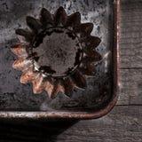 Используемое олово булочки на старой таблице Стоковое Изображение RF