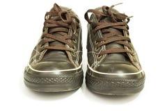 Используемые ботинки, изолированные ботинки ` s людей коричневые кожаные Стоковые Фотографии RF