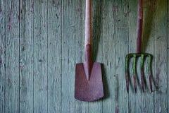 Используемые лопата и вила на выдержанной поверхности Стоковое Изображение RF