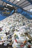 Используемые пластичные бутылки в рециркулировать фабрику Стоковая Фотография