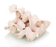 Используемые яичка картонной коробки сорванные в части изолированные на белизне Стоковое Фото