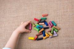 Используемые crayons цвета и рука малышей Стоковое Изображение