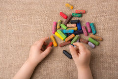 Используемые crayons цвета и рука малышей Стоковые Фотографии RF