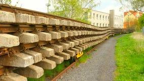 Используемый запас слиперов на фуре в депо Старые, пакостные и ржавые используемые конкретные и деревянные железнодорожные связи, видеоматериал