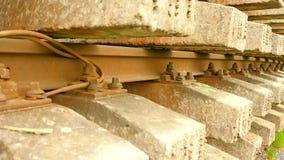 Используемый запас слиперов на фуре в депо Старые, пакостные и ржавые используемые конкретные и деревянные железнодорожные связи, акции видеоматериалы