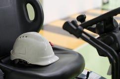 Используемый шлем безопасности белый Стоковые Изображения RF