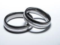 2 используемых обручального кольца на белой предпосылке Стоковое фото RF