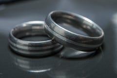 2 используемых обручального кольца на серой предпосылке Стоковое фото RF