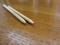 2 используемых покрашенных карандаша на деревянном столе Стоковое Фото