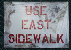 Используйте знак тротуара стоковая фотография rf