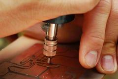 Используйте мини сверло для того чтобы огласить на платах с печатным монтажом Стоковая Фотография RF