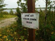 Используйте на свой страх и риск знак стоковое фото rf