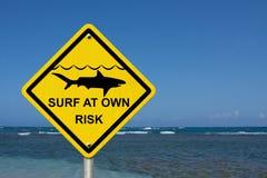 Используйте предосторежение при серфинге потому что акулы присутствуют стоковые фото