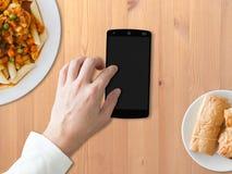 Используйте телефон когда съешьте стоковое изображение