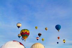 Использующие горячие воздух воздушные шары летая на голубое небо Стоковая Фотография