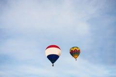 Использующие горячие воздух воздушные шары летая на голубое небо Стоковое Фото