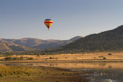 Использующий горячий воздух воздушный шар в национальном парке Pilanesberg стоковое изображение
