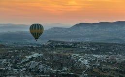 Использующий горячий воздух воздушный шар летая над Cappadocia Стоковое Изображение RF