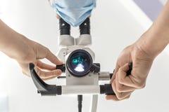 Используя зубоврачебный микроскоп стоковое фото