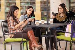 Используя их smartphones и один другого игнорировать Стоковое фото RF
