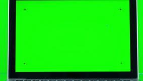 Используя компьтер-книжку с зеленым экраном сток-видео
