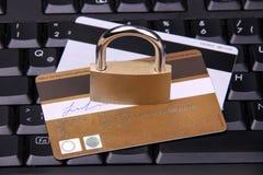 Используя кредитную карточку безопасно Стоковые Фото