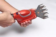 Используя портативное shrubber ножниц с лезвием травы режа Стоковые Изображения RF