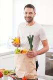 Используя самые свежие овощи для моей еды Стоковое Изображение RF