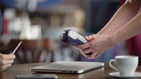Используя стержень кредитной карточки в кафе Конец-вверх, мужские руки с кредитной карточкой Оплата без метода контакта сток-видео