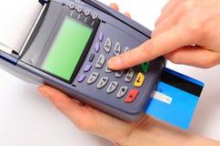 Используя стержень оплаты, впишите личный идентификационный номер Стоковая Фотография
