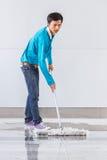 Используя счищатель пола Стоковые Фото