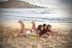 Используя таблетку на пляже Стоковая Фотография RF