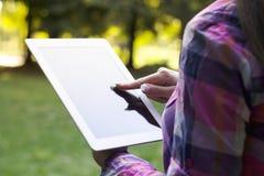 Используя цифровую таблетку стоковое изображение