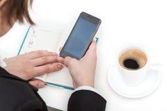 Используя smartphone на работе Стоковое Фото