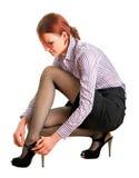 исправляет ботинки защелки девушки стоковое изображение rf