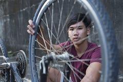 Исправлять автошина велосипеда стоковая фотография rf