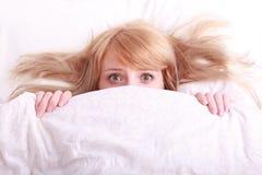 испуганные красивейшие детеныши женщины кровати Стоковая Фотография RF