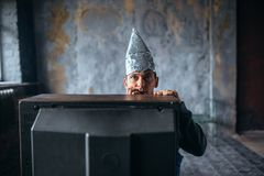 Испуганный человек в ТВ вахты крышки алюминиевой фольги, UFO Стоковые Изображения RF