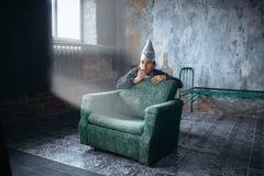 Испуганный человек в ТВ вахты крышки алюминиевой фольги, UFO Стоковые Фото